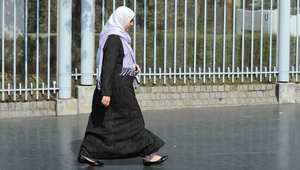 اتهامات لجريدة فرنسية بالعنصرية بسبب نشرها مقالًا يسخر من سيدة محجبة في الميترو