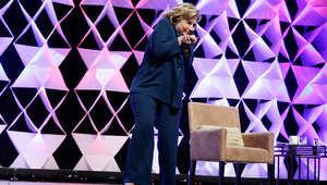 هيلاري كلينتون تحاول تفادي الحذاء الطائر