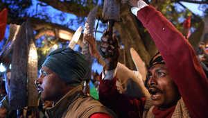 جزارون يرفعون سكاكينهم داخل معبد قبل أن يبدأ الكهنة بأول القرابين