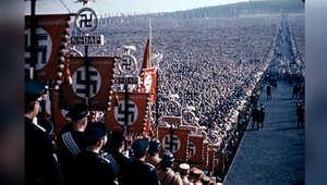 """""""في حب هتلر""""..صور ملونة لطاغية بين الحشود"""