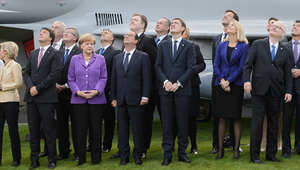 خداع الصور.. لماذا ينظر هولاند شمالا فيما ينظر جميع قادة الناتو يمينا؟