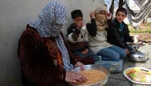 صورة أرشيفية لعائلة سورية هربت من الحرب باتجاه لبنان