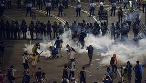 الشرطة أطلقت الغاز المسيل للدموع لتفريق المتظاهرين في هونغ كونغ