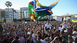 احتجاجات الحسيمة.. إعلان إصابة عناصر أمنية ولجنة الحراك تتشبث بسلمية التظاهر