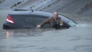 بالفيديو: غرق سيارة بسبب العواصف والفيضانات ونجاة سائقها في ولاية تكساس
