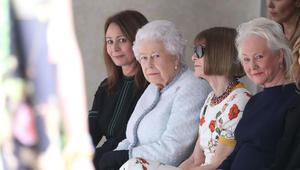 الملكة إليزابيث تفاجئ الجميع بأسبوع الموضة في لندن!