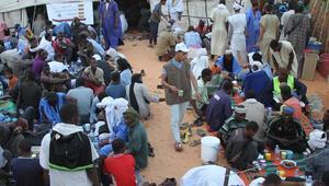 موائد الرحمن ... إفطار جماعي يقبل عليه فقراء موريتانيا خلال شهر رمضان