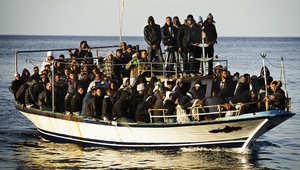 قارب يحمل مجموعة من المهاجرين غير الشرعيين إلى إيطاليا
