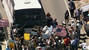 أمريكا: محتجون يدعون لإقالة أوباما ويطردون حافلات مهاجرين غير شرعيين