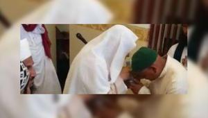 """وزارة الشؤون الإسلامية السعودية تطوي قيد إمام مسجد في مكة بعد انتشار فيديو """"التبرّك"""""""