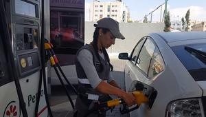 الأردن: فتيات يتحدين التقاليد ويعملن في تعبئة البنزين