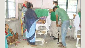 الهند :تحقيق في عمليات تعقيم للنساء باستخدام منفاخ للدراجات الهوائية