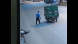 شاحنة تدهس هندي.. شاهد ماذا حدث بدلاً من مساعدته!