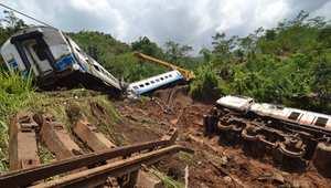 مصرع 17 وفقدان 91 في انهيار طيني طمر عشرات المنازل بوسط إندونيسيا