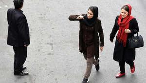 فتاتان إيرانيتان تسيران في أحد شوارع طهران