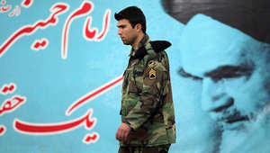 أحد أفراد الحرس الثوري الإيراني يسير في أحد شوارع العاصمة طهران