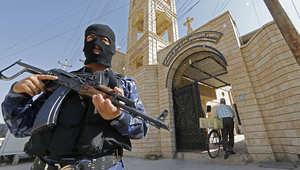 عناصر من الشرطة العراقية يحرسون إحدى الكنائس في الموصل