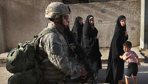 صورة أرشيفية لجندي أمريكي يسير في أحد شوارع بغداد