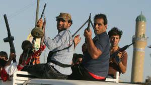مجموعة من المتطوعين العراقيين يحملون أسلحتهم لقتال عناصر داعش