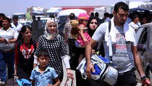 عائلات عراقية فارة من القتال في الموصل عند نقطة تفتيش كردية