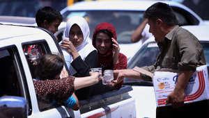 تقديم الماء للفارين إلى المناطق الكردية من القتال في الموصل
