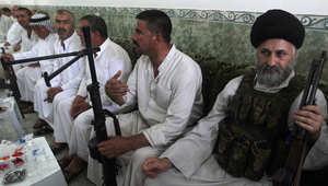 شيخ شيعي يحمل السلاح مع مجموعة في بلدة جديدة محافظة ديالى