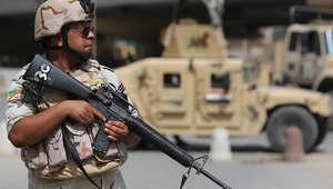 أحد أفراد الجيش العراقي يحرس نقطة عسكرية في بغداد