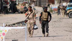 جنديان عراقيان يسيران في أحد شوارع بغداد