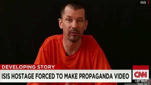 """عائلة صحفي بريطاني مختطف أظهره داعش بتسجيلات دعائية تناشد التنظيم إعادة """"قناة الاتصال"""""""