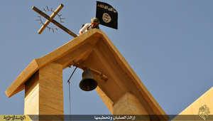 """بالصور.. داعش بحملة لنزع الصلبان عن الكنائس و""""إزالة مظاهر الشرك"""""""