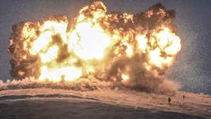 مقاتل من تنظيم داعش يظهر في الصورة مباشرة بعد قصف أصاب محيطه