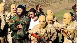 عناصر من داعش يقتادون الملازم معاذ الكساسبة بعد سقوط طائرته