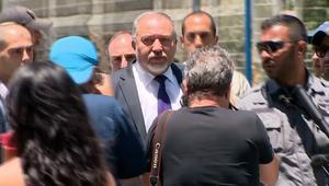 شاهد.. وزير دفاع إسرائيل يزور موقع هجوم تل أبيب