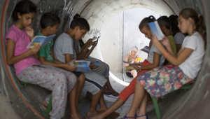 أطفال اسرائليون في ملجأ عام بعد سماع انذار بإطلاق صاروخ