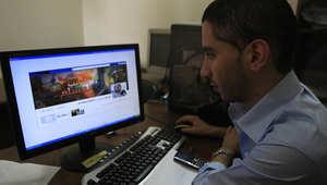 صورة أرشيفية لشاب فلسطيني يتابع إحدى صفخحات فيسبوك حول تطورات الوضع في قطاع غزة