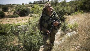 جندي إسرائيلي يشارك في عمليات البحث عن الشبان الثلاثة في الضفة الغربية