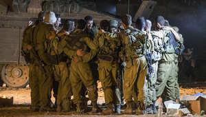 عدد من أفراد لواء الجولاني في الجيش الإسرائيلي يحضرون معداتهم للقتال