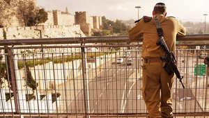 جندي إسرائيلي يستند على سياج في مدينة القدس