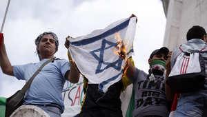 مجموعة من المتظاهرين يحرقون علم إسرائيل في باريس