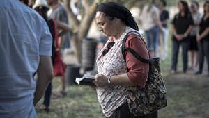 سيدة إسرائيلية تصلي على أرواح الضحايا