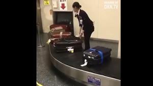 كيف يتعامل موظفو المطار مع حقائب المسافرين فى اليابان؟
