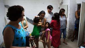عائلة إسرائيلية تختبئ بملجأ في أحد العمارات بالقدس بعد استهداف المدينة بالصواريخ