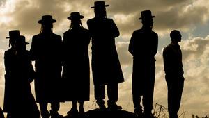مجموعة من اليهود الأرثوذوكس يقفون على تلة قرب مدينة حيفا