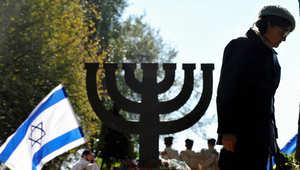 سيدة يهودية تشارك في حفل تأبين عدد من ضحايا الجرائم النازية في كييف