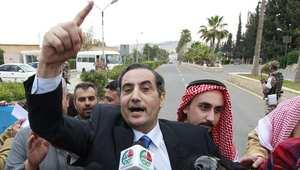 السفير الأردني في مطار عمان بعد الافراج عنه من خاطفيه في ليبيا