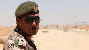جندي أردني يقف قرب الحدود الأردنية مع العراق