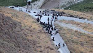 صورة أرشيفية للاجئين سوريين في طريقهم إلى الأراضي الأردنية