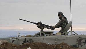 جندي أردني على متن عربة مدرعة على الحدود مع سوريا