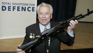 ميخائيل كلاشنكوف يحمل بندقية AK-47