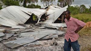 كيني يمر قرب موقع طاله أحد الهجمات في لامو